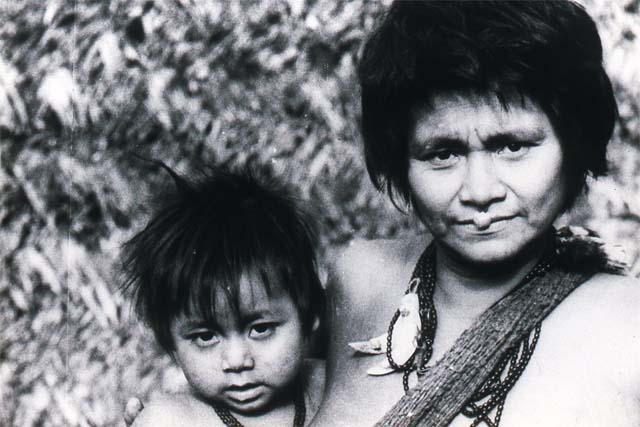 40年前1歳の時のゴロゴロ、一昨年亡くなったカアチャンに抱かれている。