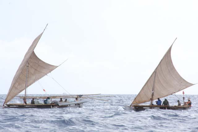 航海中の縄文号(右)とパクール号(左)
