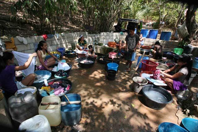 2.艇庫のある村の井戸は洗濯場になっている