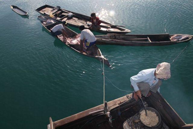 キャッサバの料理、小舟ではサメの解体