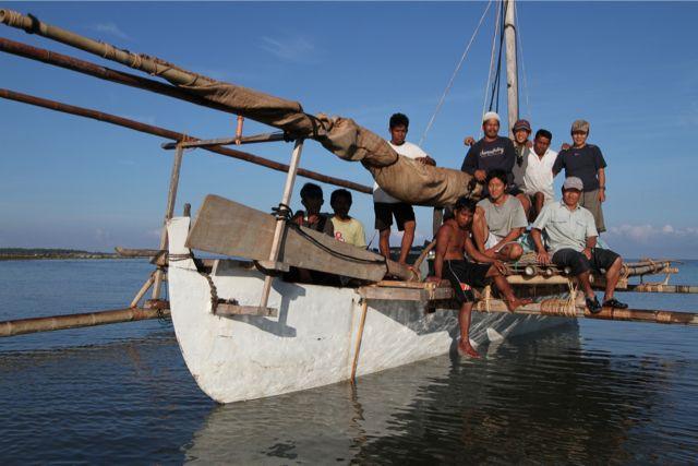 今年の出航地、南イロコス州のダルダラートで、10人のクルー全員で記念撮影。昨年までの2年間、同じメンバーだったが最年長のインドネシア人クルーの一人が、日本大震災のあった3月11日の朝遭難死して、欠けてしまった。
