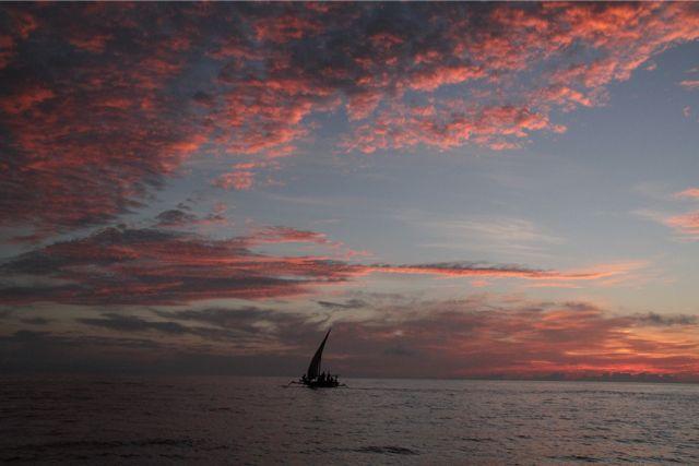 午前5時前からうっすらと明るくなるが、東の空から西の空へジワリとピンクあるいはオレンジ色に色付いてくる。毎朝様々な色に変わる雲を見るのは楽しみの一つでもある。もちろん西の水平線が熱い雲でおおわれて、どんよりと鼠色のままのことも多い。
