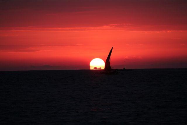 海の状態とか、潮の流れ、風などによって違うが、おおむね午前5時前後に出航する。コーヒーやミロ、お茶を飲んだり、軽い朝食をとる。すでに明るくなってきていて、5時半頃に太陽が昇る。