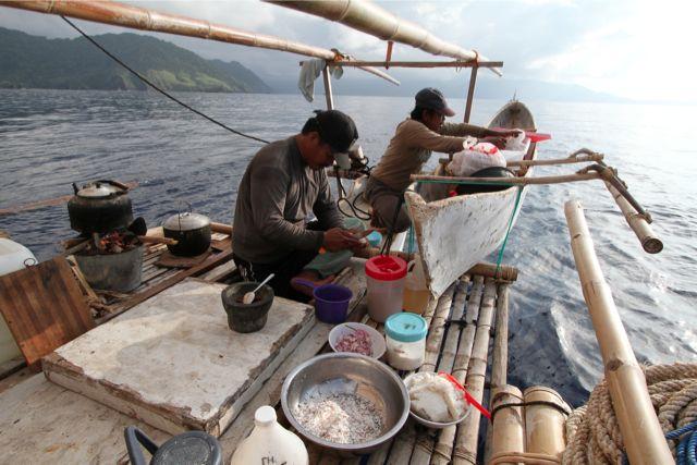 船を走らせながら料理をする。料理は豚を食べないイスラムのインドネシア人クルーに合わせて作る。食事のタブーのため、異文化の食事に慣れやすい日本人が、慣れにくいインドネシア人に合わせた。それ以上に彼らの料理は旨い。