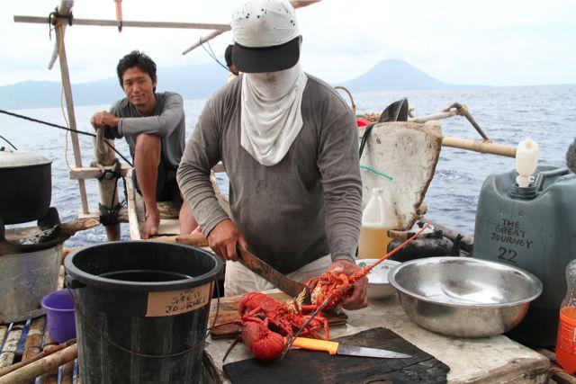 3度の食事にはご飯が欠かせないが副食も多彩だ。釣った魚を食べることが多いが、食べきれないと干物にする。この日は豪華な伊勢海老が料理された。自分たちで取ったわけではなく、土地の漁師から買った。たまにはこんな贅沢をする。いつも魚がたくさん捕れるわけではなく、ひとかけらのしょっぱい干し魚でどんぶり一杯のご飯を食べることも。