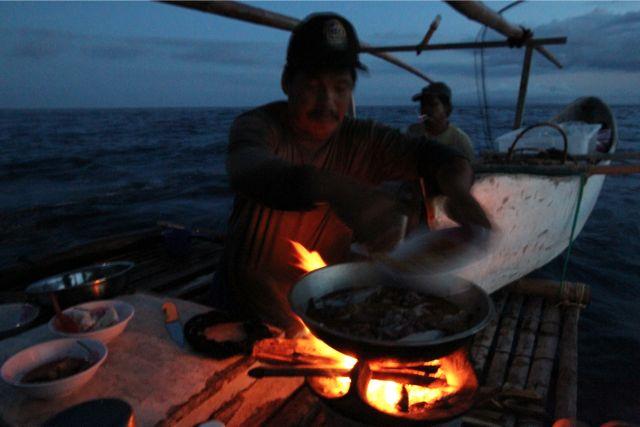いくら波が高くても、雨が降っても、薪に火をつけ、手抜き料理はしない。ただしインドネシア人クルーはインスタントラーメンが大好きだ。