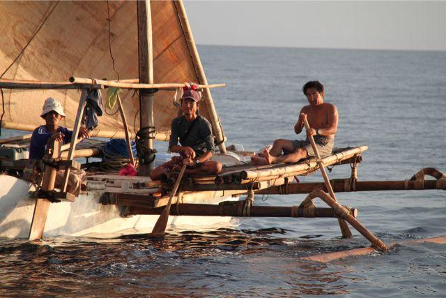 いつも順調に航海しているわけではない。逆風、逆潮、無風の時私たちは立ち往生してしまう。その時は帆をたたんで待つか、懸命にオールを漕ぐ。しかし漕いでもせいぜい時速2キロ/時だ。風が吹けば5~6キロ/時は出る。