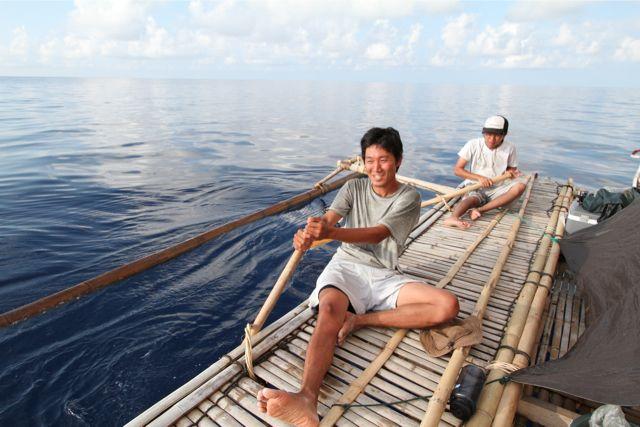 オールを漕ぐ前田次郎とダニエル。1年目と比べて漕ぐ機会は少なくなった(1年目は3分の1は漕いでいた)。3時間も漕ぐと尻や手にまめができる。漕いでいるこの桟敷の上で夜はごろんと横になって寝る。