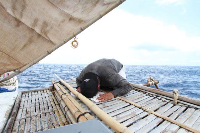 ムスリムの彼らは礼拝をする。ただし航海3年目になり、メッカに向かって礼拝するのはイルサン1人になってしまった。彼は天候にかかわらず、走行中でも礼拝をする。