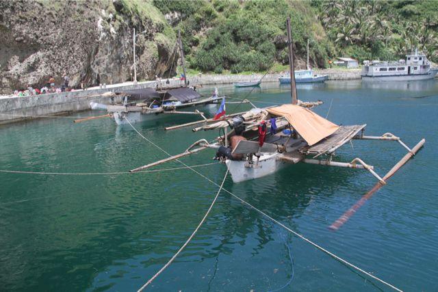 23日、この海域唯一の避難港Mahatao港に縄文号とパクール号を避難させた。両側を岸壁で囲まれ、運河のような安全な港で、それぞれ4~5本のロープを張った。