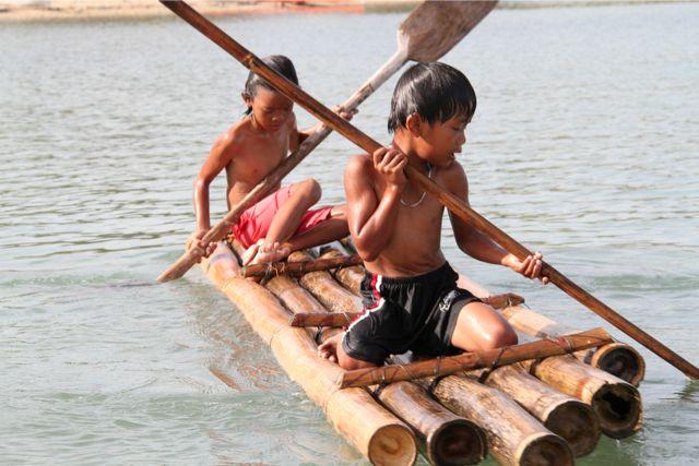 漁に使う竹いかだで、遊び兼トレーニング。