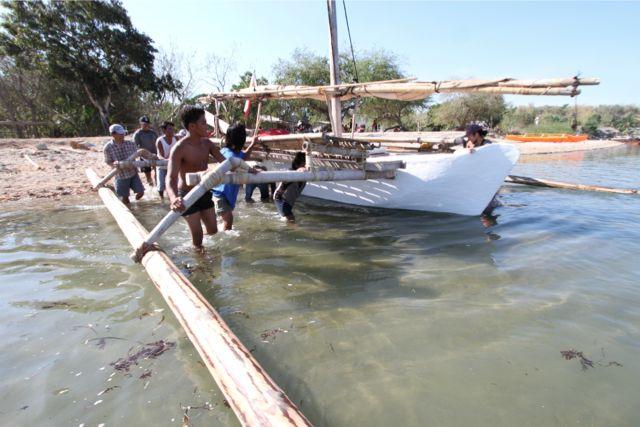 修理が終わり縄文号を海に出す。