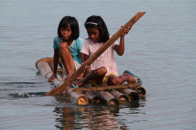女の子もいかだで遊ぶ。