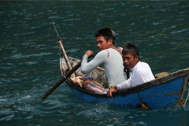 オールの取り付け方が特徴的だ。自分たちでカヌーを作ってみると、船の構造が気になるようになった。