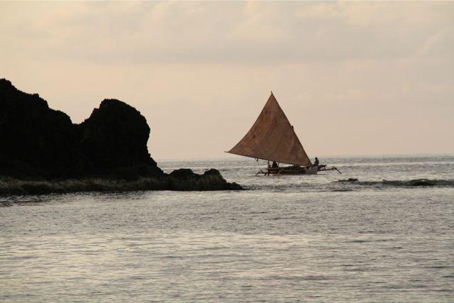 Calayan島の岩礁地帯を行く。