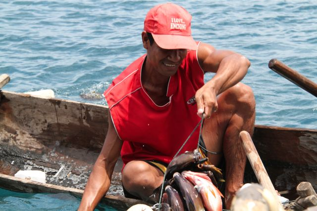 ここの漁師はサンゴ礁に潜る。