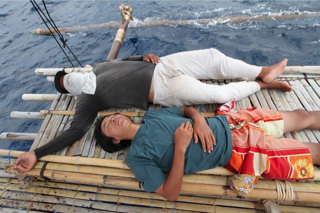 マンダール人と日本人が仲良く昼寝。夜もこんな風にして船の上でごろ寝。明け方はひんやりとする。