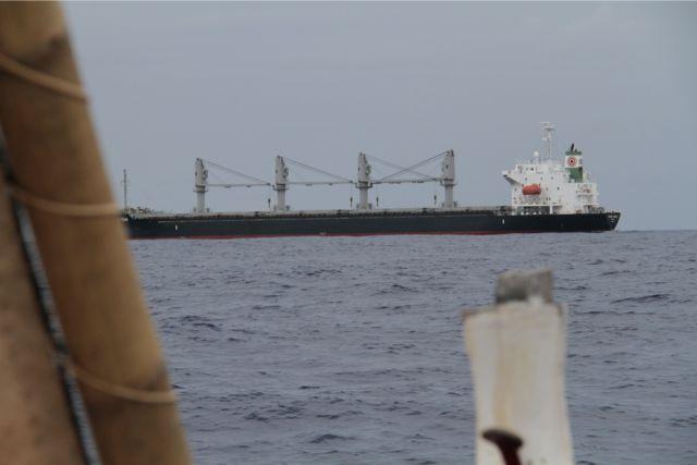 海峡にはたくさんの大型タンカーが通る。きっとこちらには気づいていないだろう。