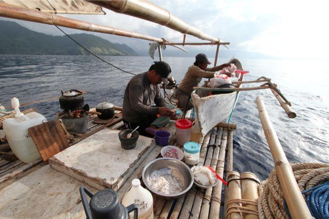 甲板上の料理風景。