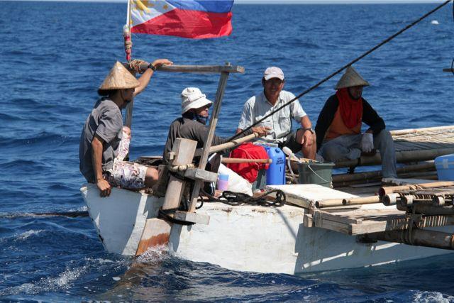 縄文号のクルー4人。縄文号とパクール号の乗員は順次交代している。